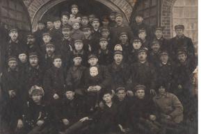 Работники пожарной охраны Воткинского завода у дверей гаража пожарной охраны (1930 год)