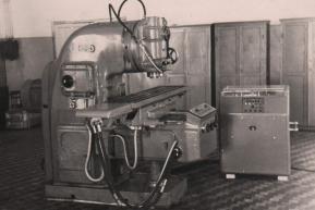 Вертикально-фрезеровочный станок. Вариант программного управления (1950 год)