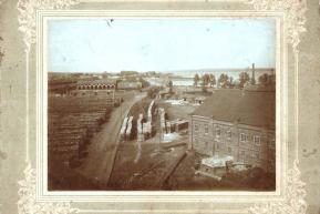 Вид на завод с Николаевской башни. Часть Воткинского завода и плотины (1900-е годы)