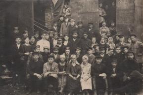 Рабочие и ИТР мартеновского цеха Воткинского завода (1925 год)